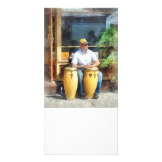 Músico - jogando cilindros de bongos cartao com foto