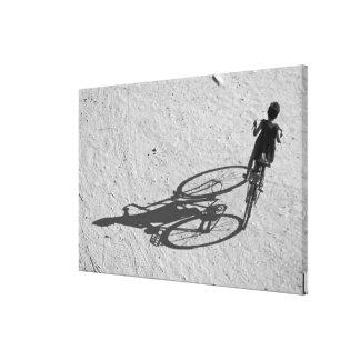 Myamar, Bagan, menino novo que monta uma bicicleta