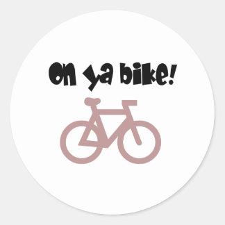 Na bicicleta de Ya! (texto preto & bicicleta Adesivo Em Formato Redondo