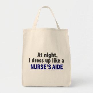 Na noite eu visto-me acima como o assistente de um bolsa para compras