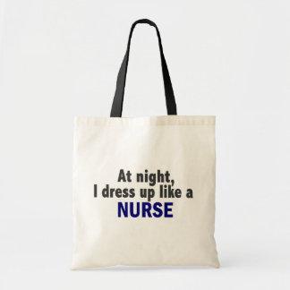 Na noite eu visto-me acima como uma enfermeira bolsa para compra