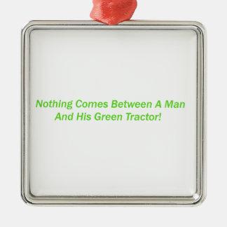 Nada vem entre um homem e seu trator verde ornamentos