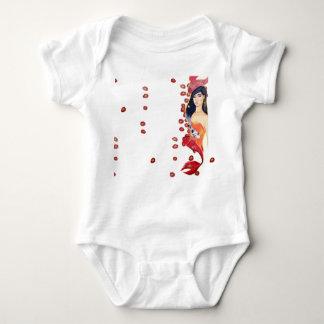Nadar na camisa vermelha do bebê