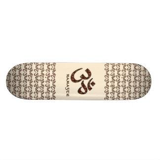 Namaste com símbolo Brown do OM e creme Shape De Skate 20,6cm