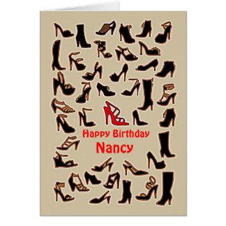 Nancy calça o cartão do feliz aniversario