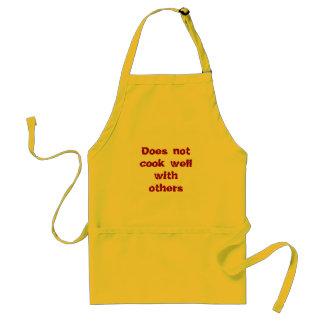 """""""Não cozinha bem com outro"""" o avental"""