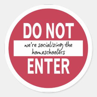 NÃO ENTRE (nós estamos socializando…) Etiquetas