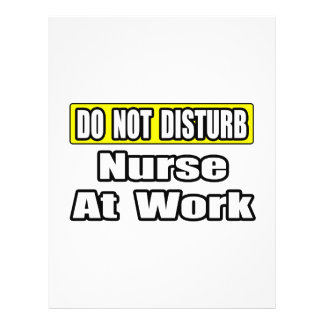 Não perturbe… a enfermeira no trabalho modelo de panfletos