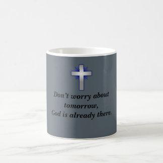 Não preocupe a caneca de café w/Blue alargou-se