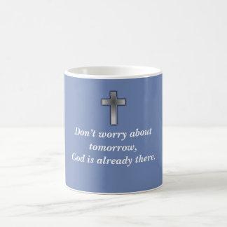 Não preocupe a cruz da caneca de café w/Blue