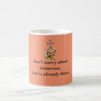 Não preocupe a cruz da flor da caneca de café