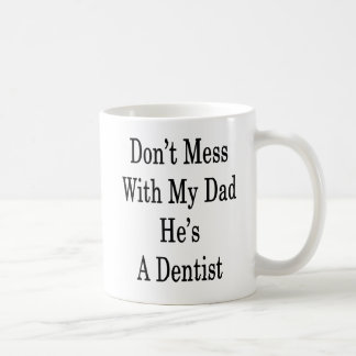 Não suje com meu pai que é um dentista caneca de café