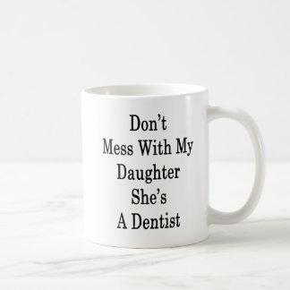 Não suje com minha filha que é um dentista caneca de café