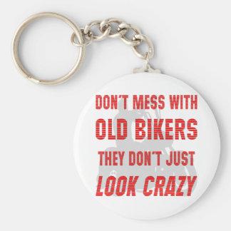 Não suje com motociclistas que idosos apenas não o chaveiros