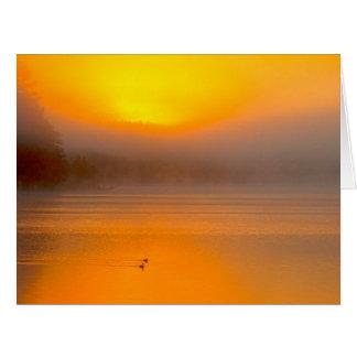 Nascer do sol de Ombre que brilha na foto da Cartao