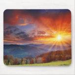 Nascer do sol majestoso na paisagem das montanhas mousepad
