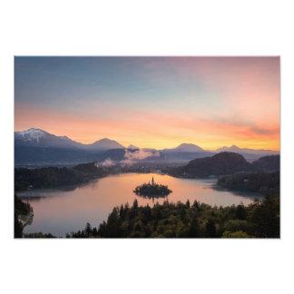 Nascer do sol sobre o impressão sangrado lago da impressão de foto