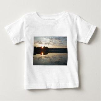Nascer do sol sobre o lago camiseta para bebê