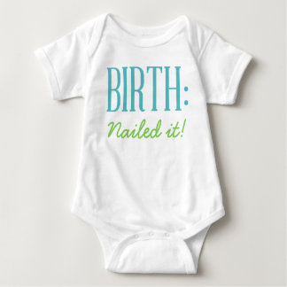 Nascimento - pregado o camisa do bebê