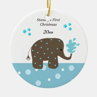 Natal do bebê do elefante o primeiro ornamento de cerâmica redondo