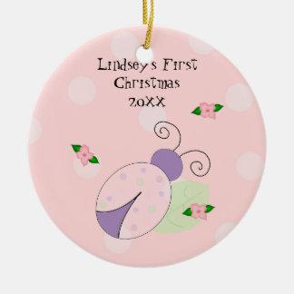 Natal do bebê do joaninha o primeiro ornamento de cerâmica redondo