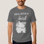 Negócio engraçado com ele gato que veste o t-shirt