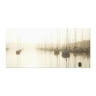 Névoa e veleiros da manhã nas canvas de arte do