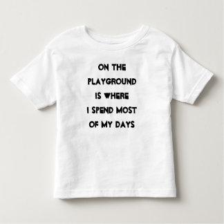 No campo de jogos camiseta infantil