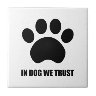 No cão nós confiamos o azulejo