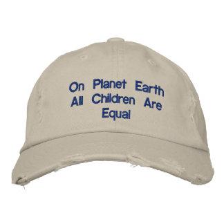 No chapéu da terra do planeta bonés