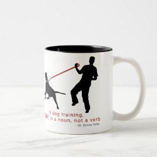 No treinamento do cão, o empurrão é um substantivo caneca dois tons