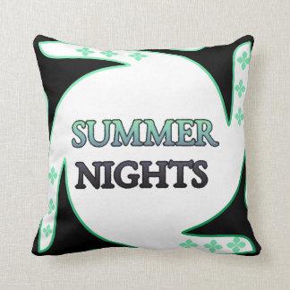Noite de verão na estrutura travesseiros de decoração