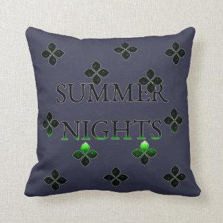 Noites de verão com flores e um bocado do verde travesseiro