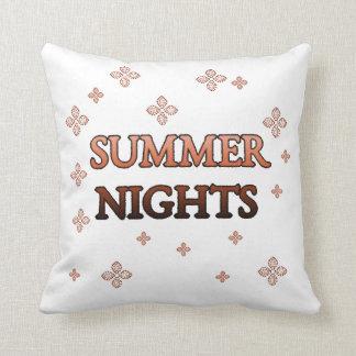 Noites de verão parcialmente brancas, parcialmente travesseiros de decoração