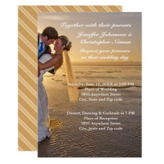 Noiva & noivo no convite do casamento de praia do