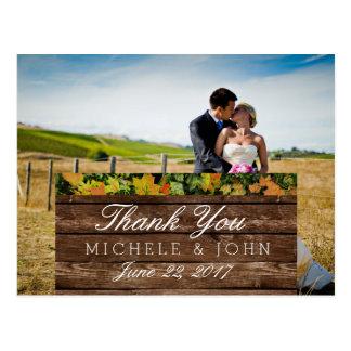Noivos em um campo/obrigado você cartão postal