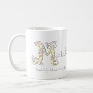 Nome decorativo da letra M de Mariah com caneca do
