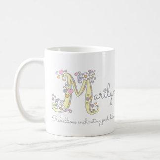 Nome decorativo da letra M de Marilyn com caneca