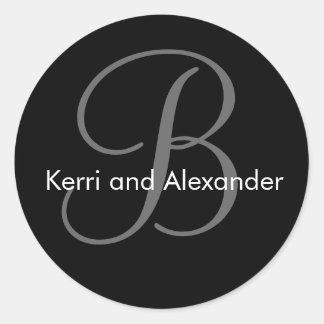 Nomes e preto & branco iniciais da etiqueta do mon adesivo em formato redondo