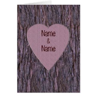Nomes personalizados cinzelados no cartão da