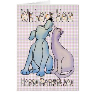 Nós amamo-lo dia das mães do cão e gato cartão comemorativo