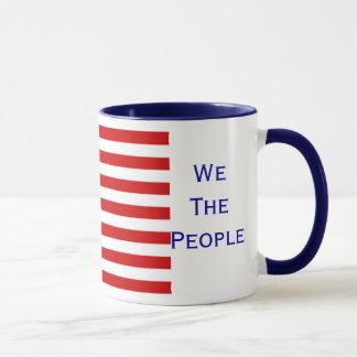 Nós as pessoas da caneca americana da bandeira da