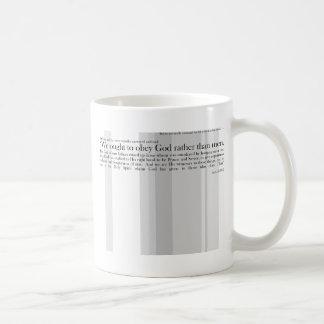 Nós devemos obedecer a preferencialmente do deus caneca de café