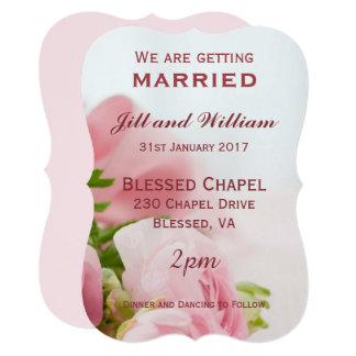Nós estamos obtendo os rosas cor-de-rosa casados convite 12.7 x 17.78cm
