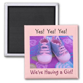 Nós estamos tendo uma menina! calçados de bebê dos ímã quadrado