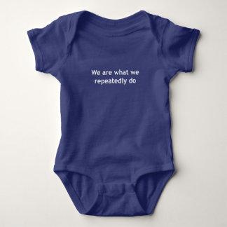 Nós somos o que nós fazemos repetidamente body para bebê