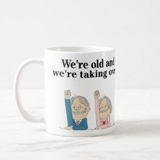 """""""Nós somos velhos e nós estamos tomando sobre."""" Caneca De Café"""