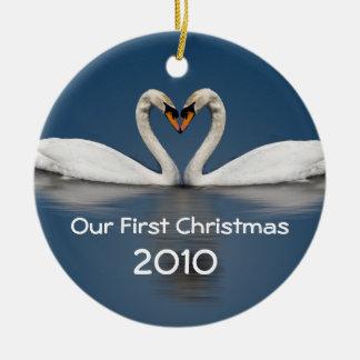 Nossas cisnes bonito do primeiro Natal Ornamento De Cerâmica Redondo
