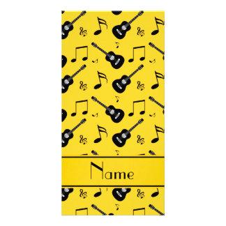 Notas pretas amarelas conhecidas feitas sob cartao com fotos personalizado