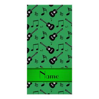 Notas pretas verdes conhecidas feitas sob cartao com fotos